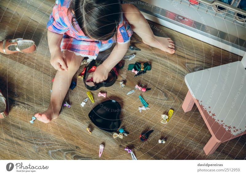 Baby Mädchen spielt mit Haarspangen, die auf dem Boden sitzen. Lifestyle Freude Glück schön Spielen Haus Kind Mensch Frau Erwachsene Kindheit Fluggerät Mode