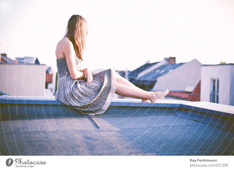 ° schön harmonisch Wohlgefühl Zufriedenheit Erholung feminin Junge Frau Jugendliche Erwachsene Leben 1 Mensch 18-30 Jahre Haus Dach Schornstein Kleid Barfuß