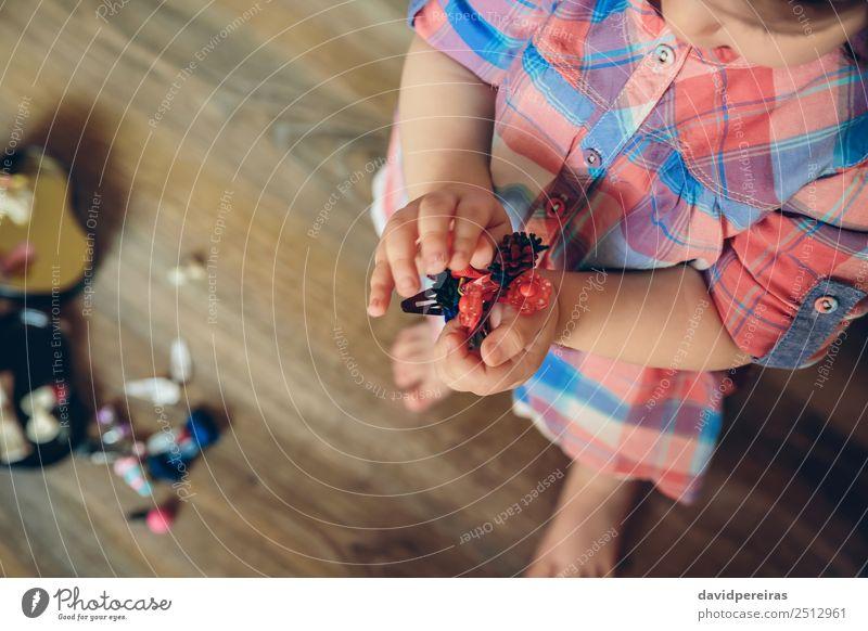 Babymädchen spielt mit Haarspangen in den Händen Lifestyle Freude Glück schön Spielen Haus Kind Mensch Frau Erwachsene Kindheit Hand Mode Bekleidung Accessoire