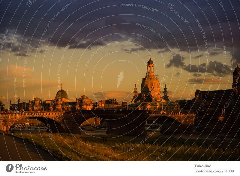 Dresden Picknick Tourismus Sightseeing Städtereise Stadt Hauptstadt Altstadt Kirche Brücke Bauwerk Sehenswürdigkeit alt Stimmung Macht authentisch Hoffnung