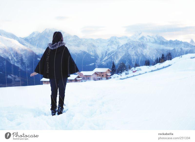 Frau im Schnee vor Bergpanorama feminin Junge Frau Jugendliche Erwachsene 1 Mensch 18-30 Jahre schwarzhaarig stehen träumen ästhetisch elegant Optimismus