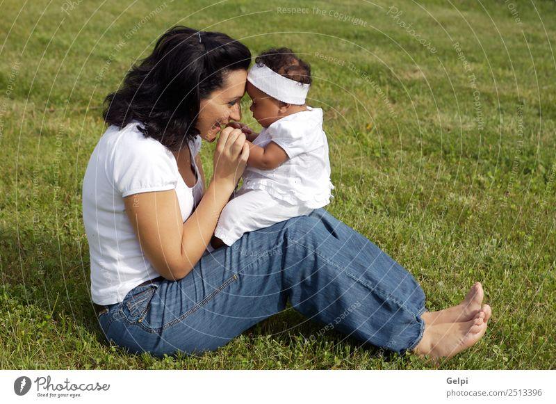 Eine weiße Frau mit einem schwarzen Baby. Freude Glück schön Leben Spielen Kind Mensch Kleinkind Erwachsene Eltern Mutter Familie & Verwandtschaft Kindheit
