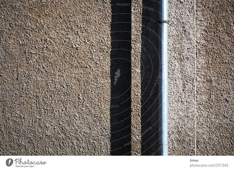 Klarer Fall   ChamanSülz Wand Mauer Stein Metall braun glänzend Metallwaren Röhren Eisenrohr Putz Oberfläche vertikal graphisch Berghang Befestigung rau