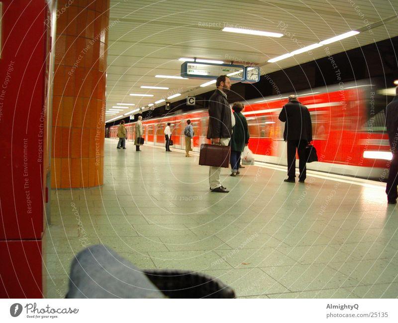 uBahnstation Bewegung warten Verkehr Eisenbahn Geschwindigkeit Station U-Bahn Bahnhof Frankfurt am Main Tasche Koffer Mensch Neonlicht Fußgänger Straßenbahn