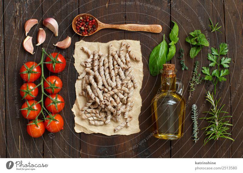 Vollkornnudeln, Tomaten, Knoblauch und Kräuter Vegetarische Ernährung Diät Flasche Tisch Blatt dunkel frisch braun grün rot Tradition Essen zubereiten