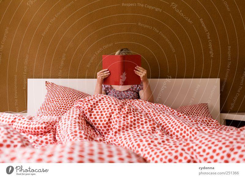 Abtauchen in neue Welten Lifestyle harmonisch Wohlgefühl Erholung Freizeit & Hobby lesen Häusliches Leben Wohnung Bett Raum Schlafzimmer Bildung Studium Mensch