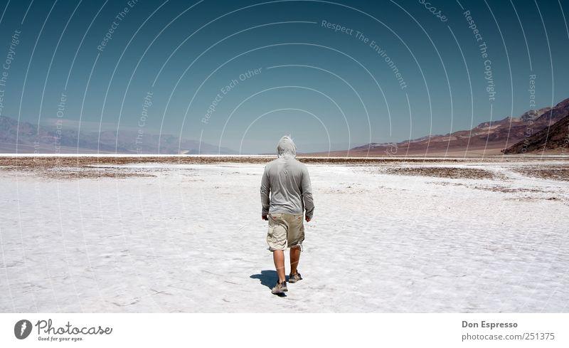 Badwater Reloaded Abenteuer Ferne Freiheit Expedition Berge u. Gebirge wandern Mann Erwachsene 1 Mensch Sand Wolkenloser Himmel Wärme Dürre Wüste gehen