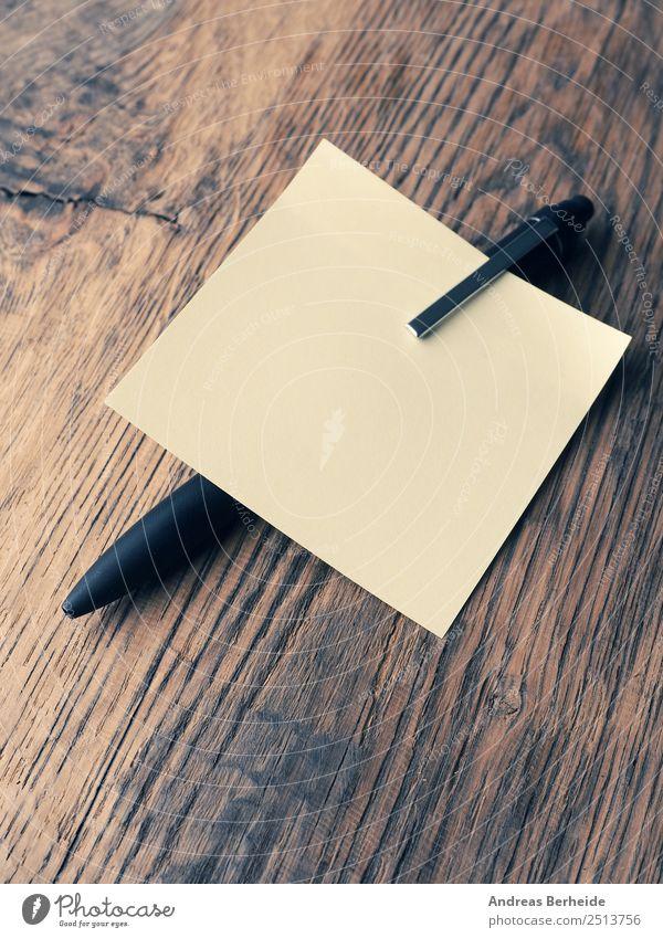 Gelber Merkzettel mit einem Kugelschreiber Büro Business Papier Zettel Schreibstift Hilfsbereitschaft Idee innovativ Inspiration Kreativität Problemlösung