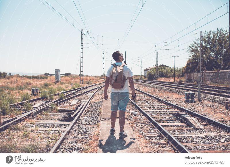 Mann kletterte auf einen Metallturm. schön Ferien & Urlaub & Reisen Ausflug Business Mensch Erwachsene Gras Verkehr Straße Eisenbahn Linie modern blau grün