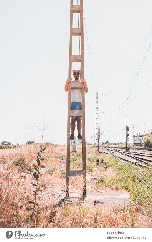 Mann kletterte auf einen Metallturm. Lifestyle Freude Glück Abenteuer Freiheit Sommer Berge u. Gebirge Sport Erfolg Mensch Erwachsene Hand Natur Landschaft