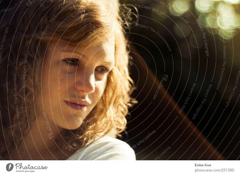 an was denkst Du? Mensch feminin Junge Frau Jugendliche Kopf Gesicht 1 Stoff Haare & Frisuren blond langhaarig Locken beobachten Denken Erholung hocken Blick