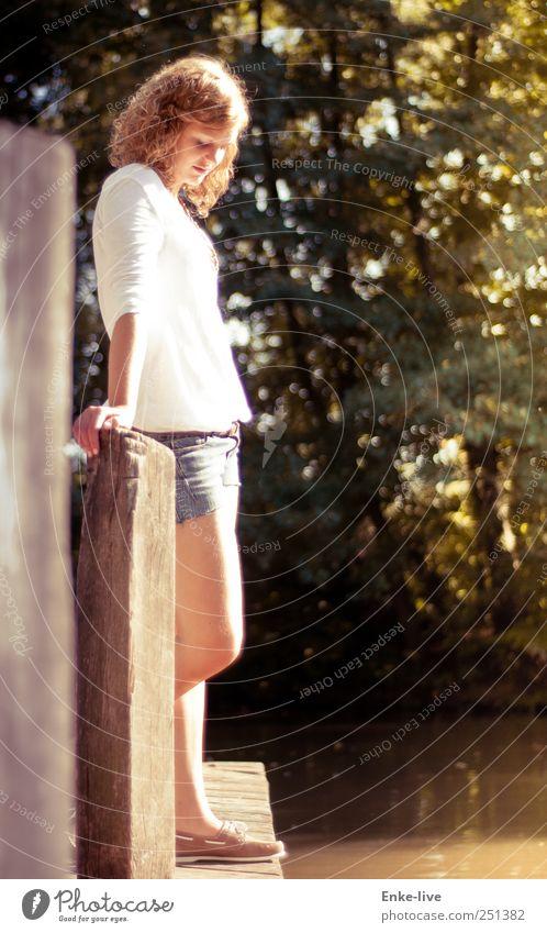 an was denkst du? || Mensch feminin Junge Frau Jugendliche 1 Jeanshose Stoff blond Locken Blick stehen träumen schön natürlich dünn Gefühle Vorsicht ruhig