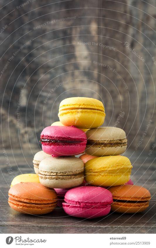Französische Makronen Macaron süß Bonbon Süßwaren Lebensmittel Speise Foodfotografie Dessert lecker Snack Plätzchen Tradition rosa Holz geschmackvoll purpur