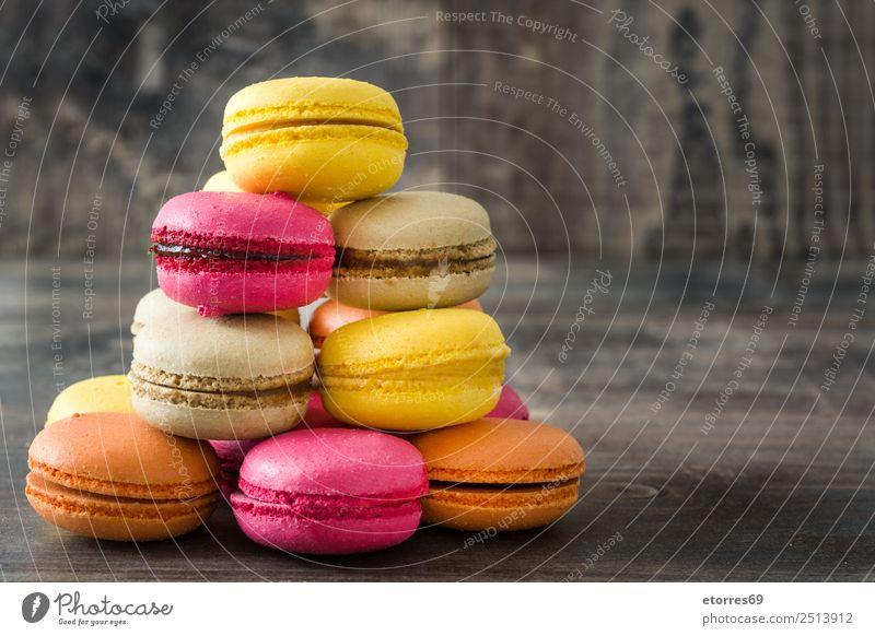 Farbige Makronen auf rustikalem Holzgrund Lebensmittel Kuchen Dessert Gesunde Ernährung Dekoration & Verzierung lecker süß rosa Farbe Tradition Macaron Bonbon