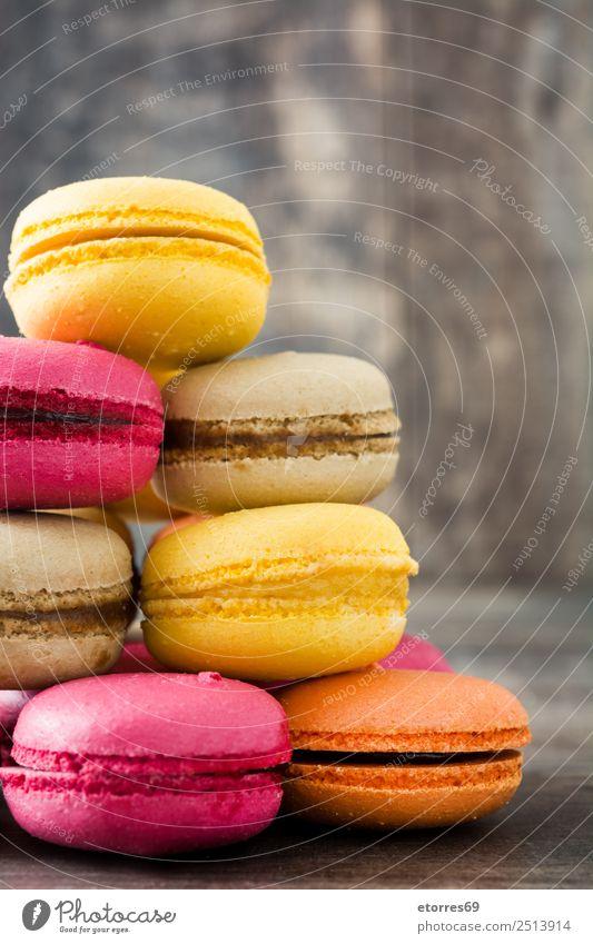Farbige Makronen auf rustikalem Holzgrund Macaron süß Bonbon Lebensmittel Foodfotografie Dessert Französisch lecker Snack Plätzchen Keks Tradition rosa