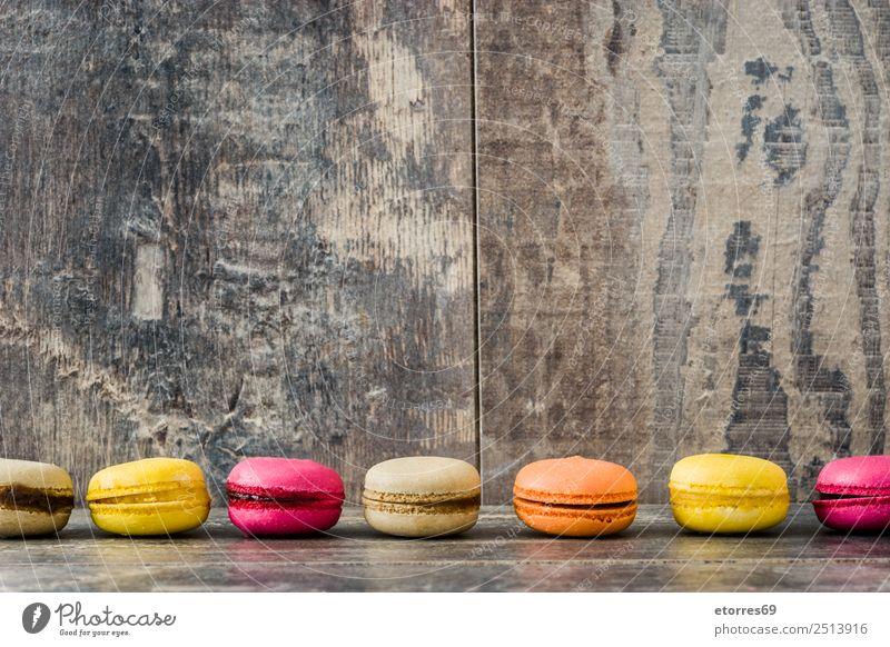 Farbige Makronen auf rustikalem Holzgrund Macaron süß Bonbon Gesunde Ernährung Foodfotografie Dessert Französisch lecker Snack Plätzchen Keks Tradition rosa