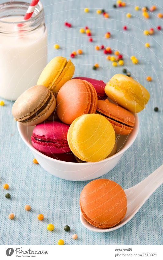 Milch und farbige Makronen auf blauem Hintergrund Macaron süß Bonbon Lebensmittel Gesunde Ernährung Foodfotografie Dessert Französisch lecker Snack Plätzchen