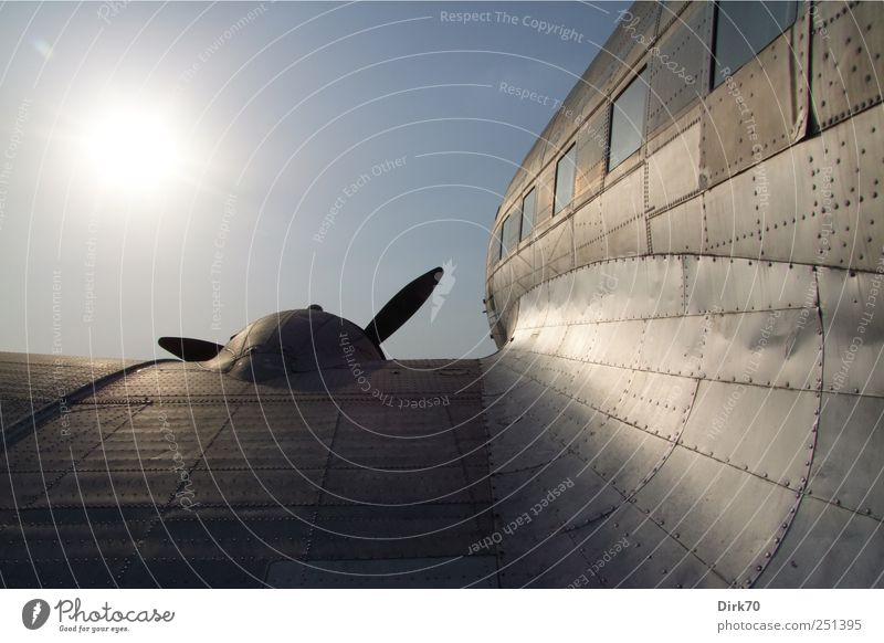 Flug in die Ferne blau Ferien & Urlaub & Reisen Freiheit Metall fliegen Abenteuer Flugzeug Tourismus Perspektive Luftverkehr Zukunft retro Tragfläche Flughafen