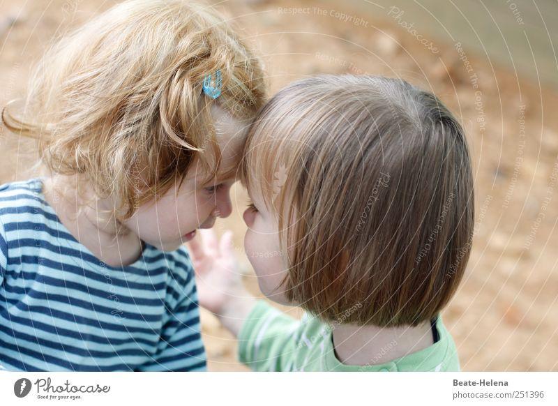 Kleine Geheimnisse Mensch Sommer Spielen Kopf Glück Freundschaft Kindheit blond T-Shirt Kommunizieren leuchten berühren geheimnisvoll Freundlichkeit Kleinkind