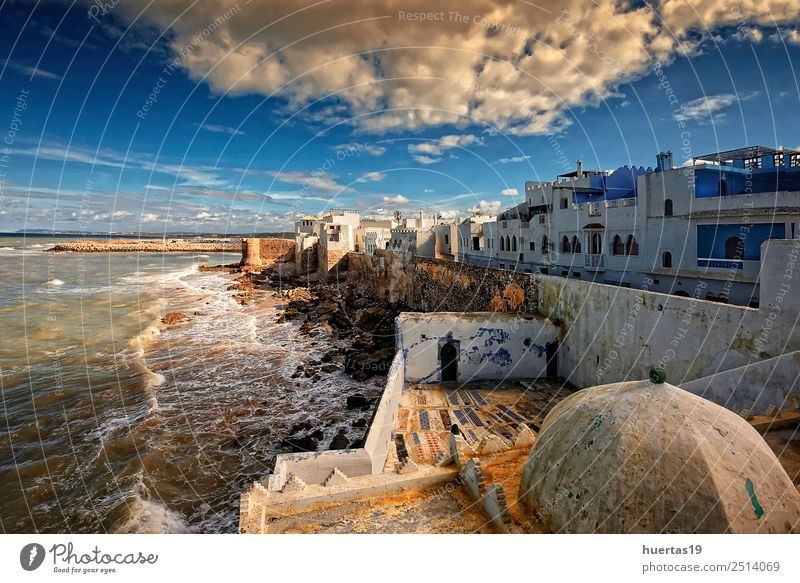 Asilah in Marokko Ferien & Urlaub & Reisen Kunst Natur Landschaft Wasser Strand Dorf Fischerdorf Kleinstadt Stadt Skyline Haus Architektur Straße blau