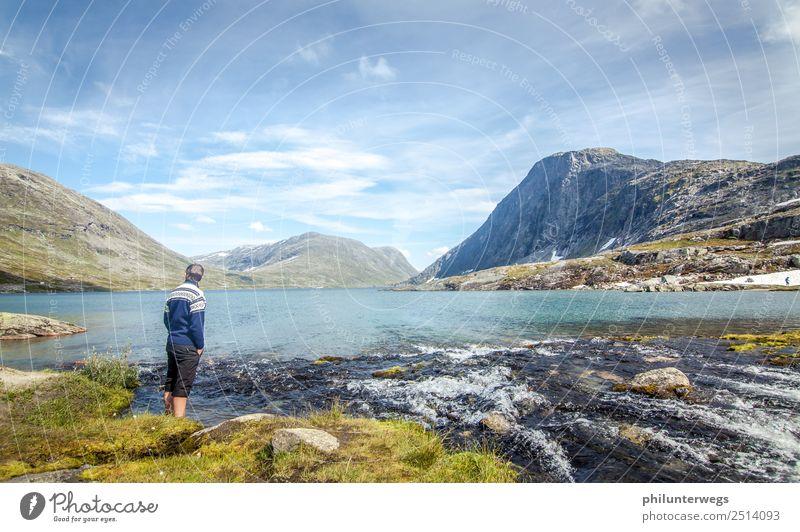Mann steht mit Füßen im Wasser im Bergsee Umwelt Natur Landschaft Wolken Sommer Schönes Wetter Felsen Alpen Berge u. Gebirge Gipfel Küste Seeufer Bucht Fjord