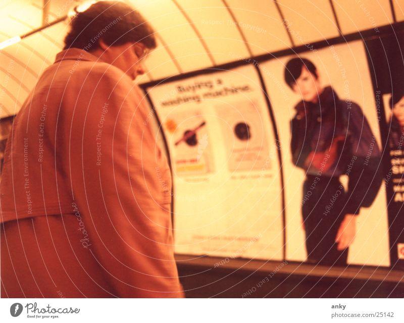 von angesicht zu angesicht U-Bahn Porträt Frau Denken London Underground warten