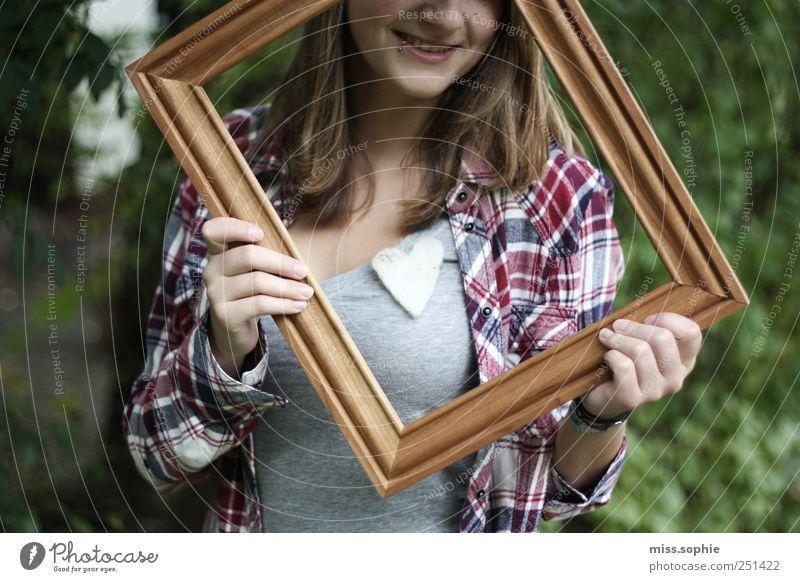 festgehalten. Junge Frau Jugendliche Leben Hemd Piercing Herz festhalten glänzend Lächeln lachen leuchten Fröhlichkeit Glück schön Warmherzigkeit Sympathie