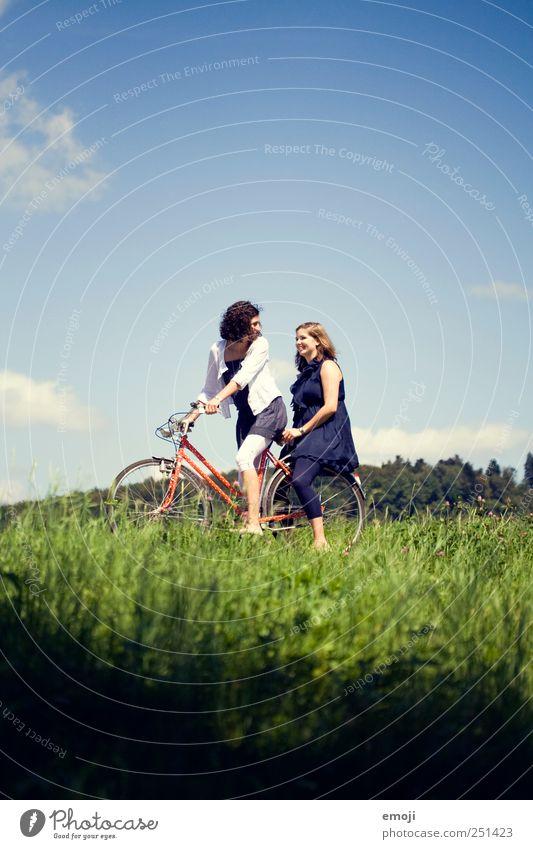 den Sommer im Gepäck Mensch Himmel Natur Jugendliche blau grün Freude Erwachsene Umwelt Wiese Gras Glück lustig Freundschaft Fahrrad