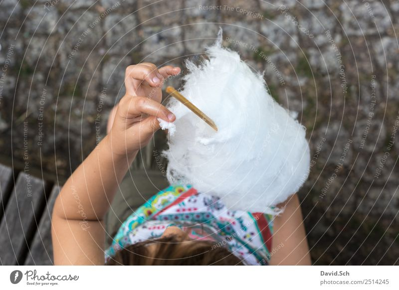 Mädchen zupft ein Stück Zuckerwatte ab Süßwaren Essen Mensch Kind Hand 1 3-8 Jahre Kindheit berühren genießen mehrfarbig grau weiß zupfen Klebrig Farbfoto