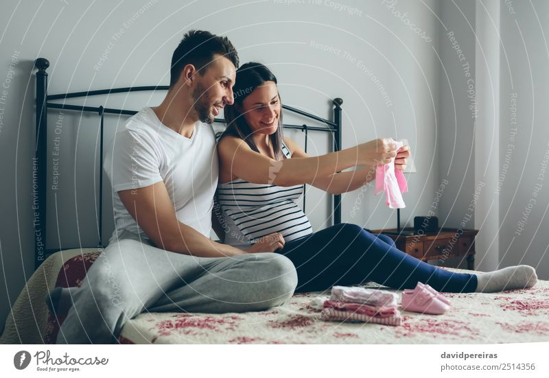 Frau Mensch Mann schön Erwachsene Liebe Familie & Verwandtschaft Glück Paar rosa sitzen Lächeln Schuhe authentisch Baby Bekleidung