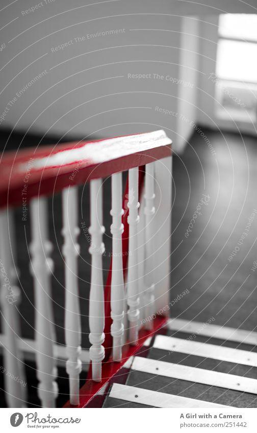 frisch gestrichen! weiß rot Haus schwarz Wand Fenster Mauer Hochhaus Treppe festhalten eng Treppengeländer Nostalgie Treppenhaus Pfosten steil