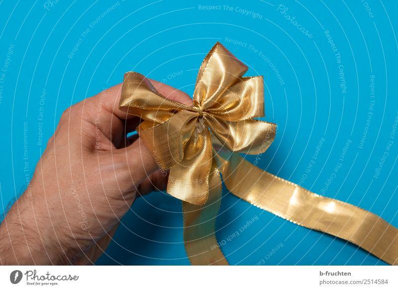 goldene Geschenkschleife Party Feste & Feiern Geburtstag Hand Finger Verpackung Schleife gebrauchen festhalten blau Neugier Schlaufe Geschenkband