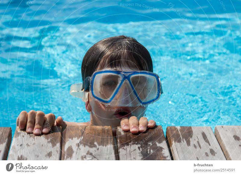 Poooool-Taucher Leben Schwimmbad Schwimmen & Baden Ferien & Urlaub & Reisen Sommerurlaub tauchen Kind Kindheit Gesicht Finger 1 Mensch Blick blau Freude