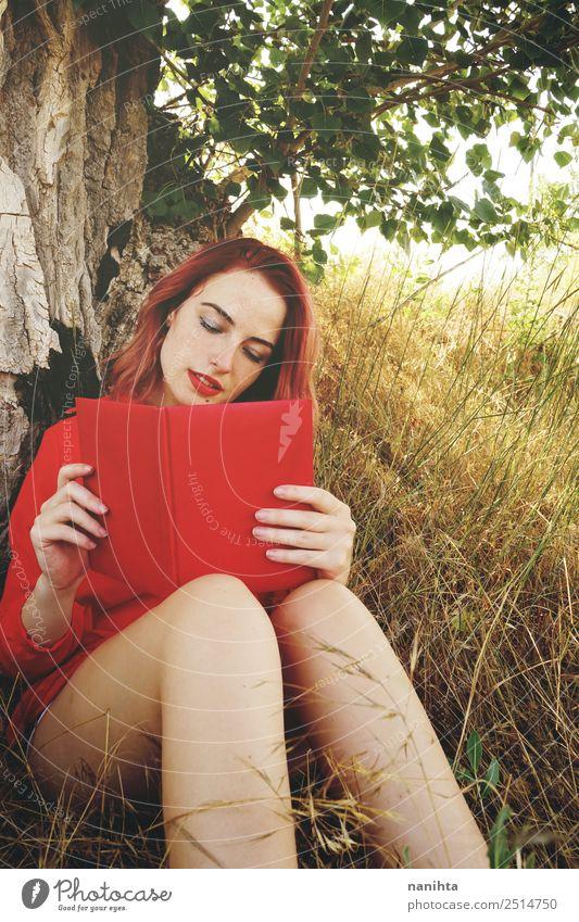 Junge rothaarige Frau beim Lesen eines roten Buches Lifestyle schön Wellness harmonisch Wohlgefühl Sinnesorgane Erholung Freizeit & Hobby Bildung lernen Schüler