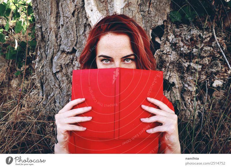 Junge rothaarige Frau beim Lesen eines Buches Lifestyle Stil Design Sommersprossen Freizeit & Hobby Student Mensch feminin Junge Frau Jugendliche 1 18-30 Jahre