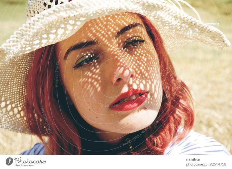 Junge rothaarige Frau, die sich vor der Sonne bedeckt. Lifestyle elegant Stil schön Haut Gesicht Ferien & Urlaub & Reisen Sommer Sommerurlaub Mensch feminin