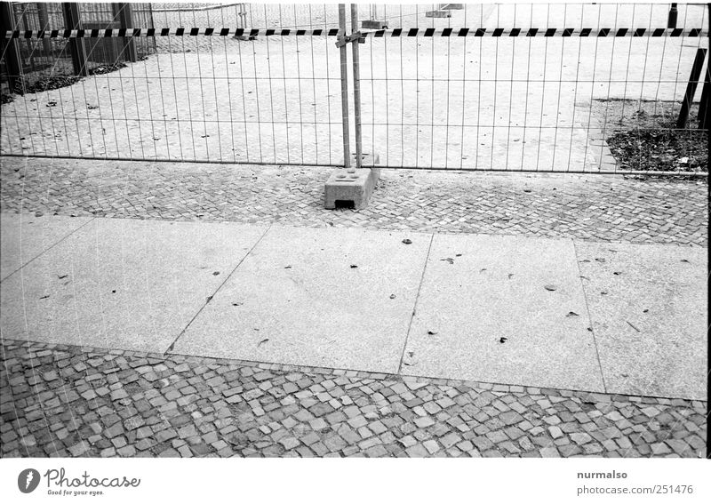 Abgrenzung Umwelt Platz stehen Lifestyle trist Baustelle Hinweisschild Barriere Symmetrie eckig Arbeitsplatz Warnschild Bauzaun Sperrzone