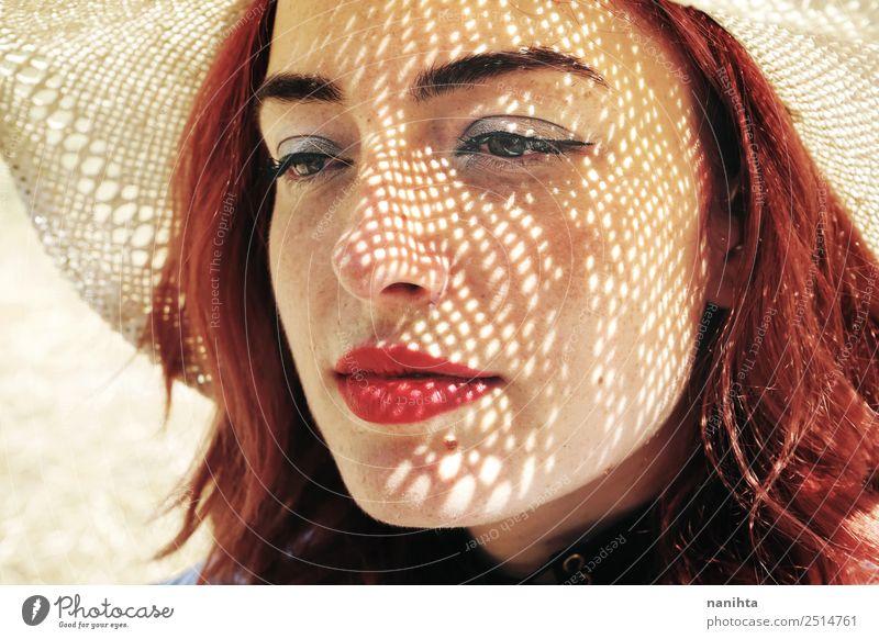 Junge rothaarige Frau, die sich vor der Sonne bedeckt. elegant Stil Design schön Haut Gesicht Sommersprossen harmonisch Mensch feminin Junge Frau Jugendliche 1