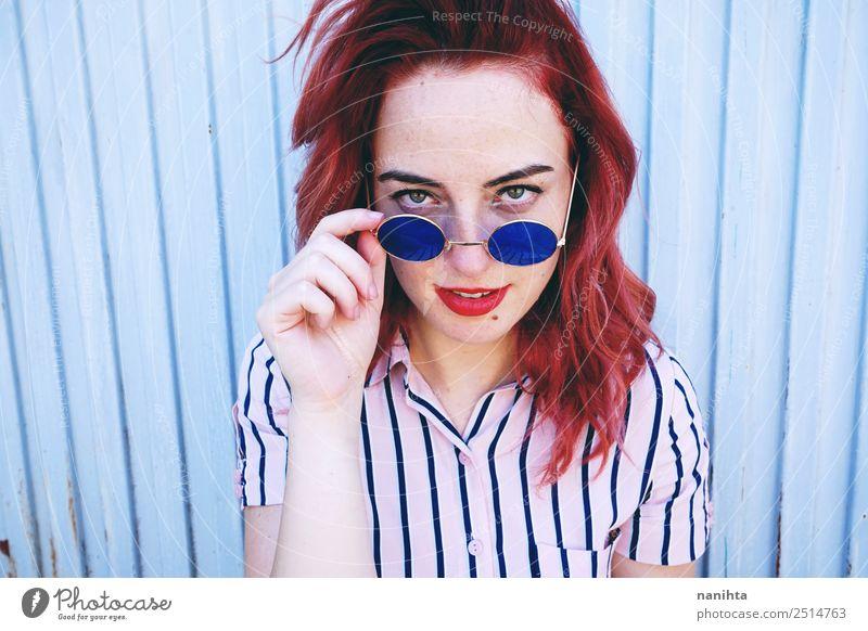 Frau Mensch Jugendliche Junge Frau blau schön 18-30 Jahre Gesicht Lifestyle Erwachsene feminin Stil Haare & Frisuren rosa Design retro