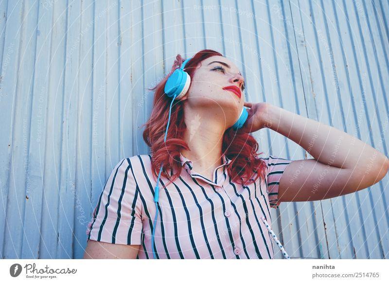 Junge rothaarige Frau beim Musikhören Lifestyle Stil Design Sinnesorgane Erholung Freizeit & Hobby Headset Kopfhörer Technik & Technologie