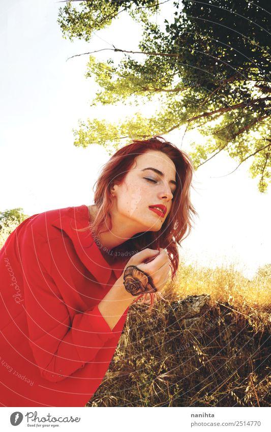 Junge Frau genießt Sonnenlicht im Herbst Lifestyle elegant Stil schön Sommersprossen Wellness harmonisch Sinnesorgane Erholung Mensch feminin Jugendliche