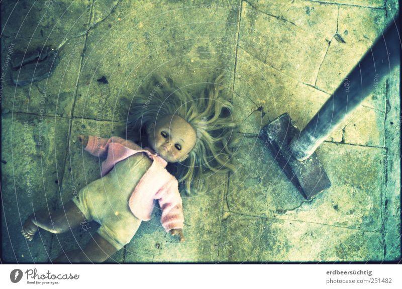 it was an accident...! Jacke Stein liegen bedrohlich dreckig kalt trashig Gewalt Kindheit Schwäche Zerstörung Bodenbelag Steinboden Hammer Puppe Unfall