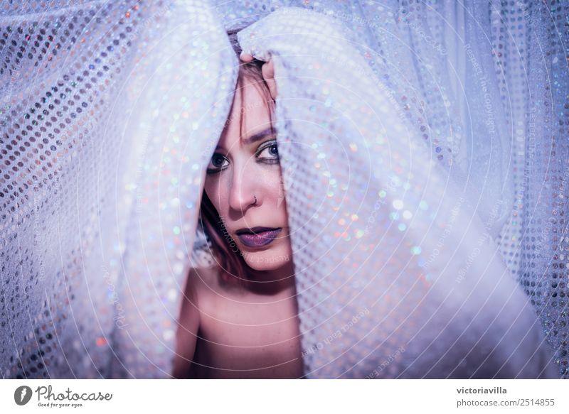 Hinter den Kulissen Mensch feminin Junge Frau Jugendliche Erwachsene 1 18-30 Jahre 30-45 Jahre beobachten Blick warten violett Neugier Interesse Nervosität
