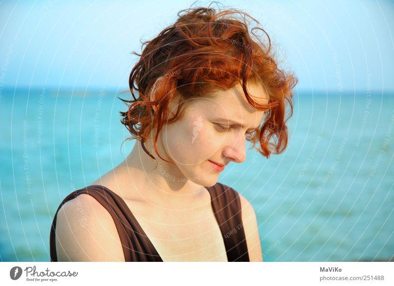 In Gedanken Mensch Jugendliche Wasser blau rot Einsamkeit feminin Kopf Erwachsene Denken träumen braun warten natürlich Hoffnung Trauer