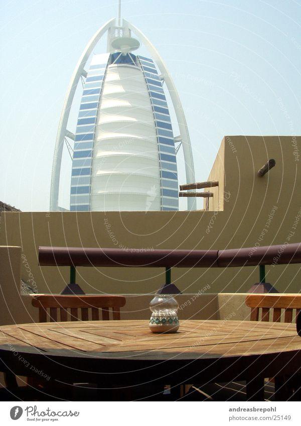 Burj Al Arab von unserer Hüdde aus Dubai Holz Licht Physik Architektur Glas Kontrast Sonne Wärme neu alt