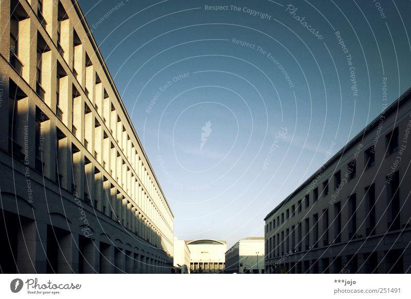 lektionen in zentralperspektive. Stadt Haus Straße Architektur Beton modern Perspektive Bauwerk Italien Rom eckig Gasse Palast monumental Fluchtpunkt