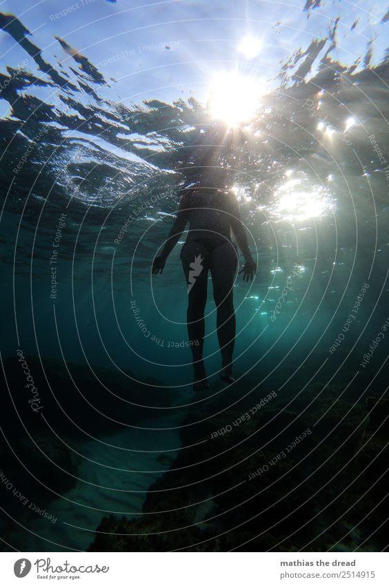 UNTER DEM MEER Natur Jugendliche Junge Frau Wasser Meer Freude dunkel feminin Sport Schwimmen & Baden Freizeit & Hobby Wellen Abenteuer Schönes Wetter nass