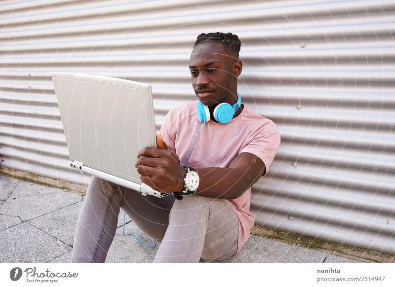 Junger schwarzer Mann mit seinem Laptop Lifestyle Stil Schüler Arbeit & Erwerbstätigkeit Headset Computer Notebook Kopfhörer Technik & Technologie