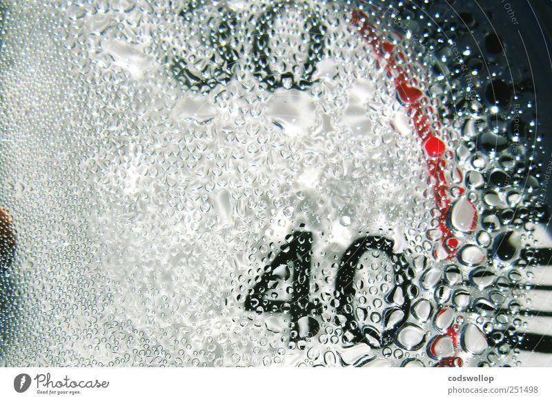 thirty forty Glas Kunststoff Zeichen Ziffern & Zahlen nass rot schwarz weiß Messinstrument Thermometer Tachometer Kondenswasser 30 40 Farbfoto Außenaufnahme