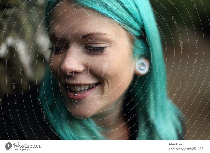 Junge Frau mit türkisen Haaren und Piercings lächelt Jugendliche Stadt schön 18-30 Jahre Erwachsene Leben feminin lachen Stil wild ästhetisch Lächeln
